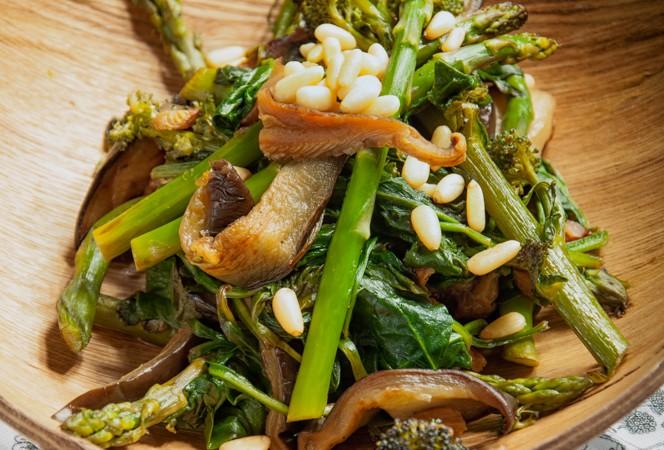 Ζεστη σαλατα λαχανικων με σπανακι και μελιτζανα