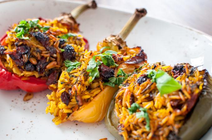 Γεμιστες πιπεριες με αρωματικο ρυζι, κουκουναρι, σταφιδες και λιαστη ντοματα