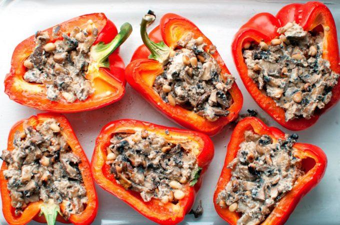 Γεμιστες κοκκινες πιπεριες με μανιταρια και κουκουναρι